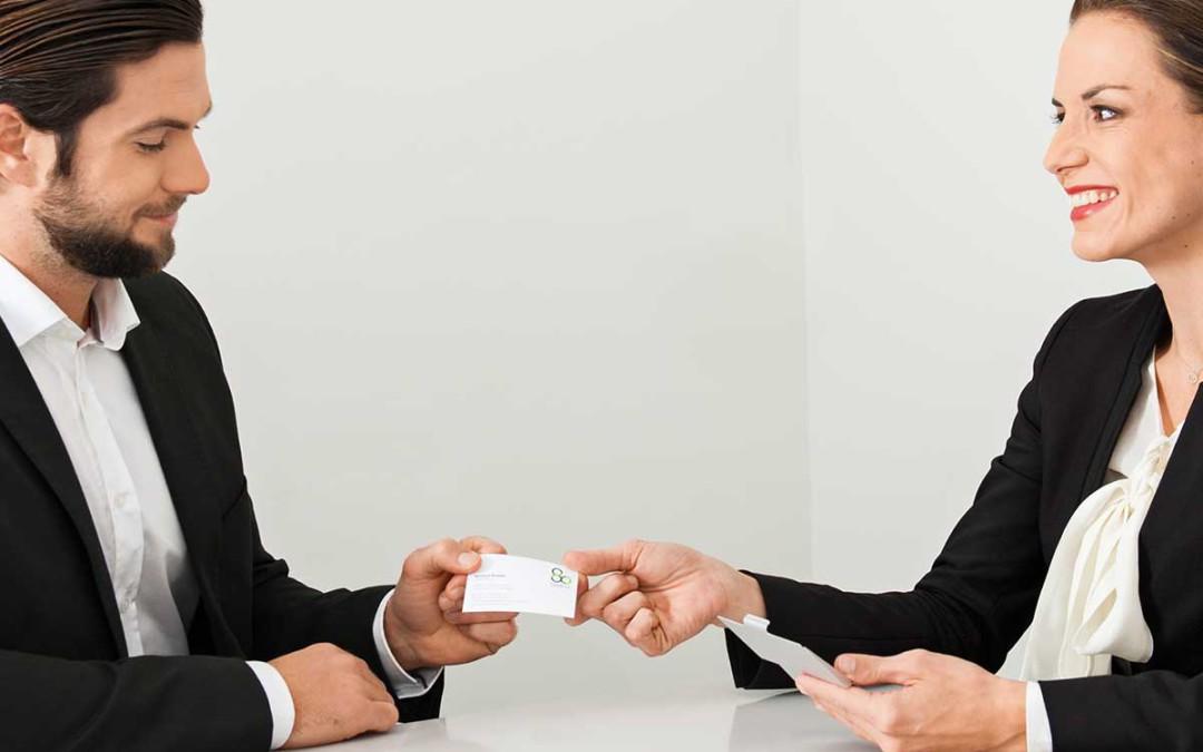Visitenkarten übergeben:Wer zuerst?