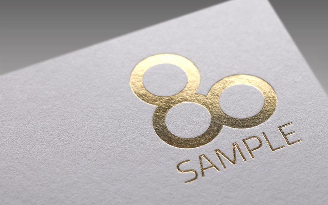 """Visitenkarten mit Gold- und Silber: Echte Prägung schlägt """"digitale"""" Folie"""