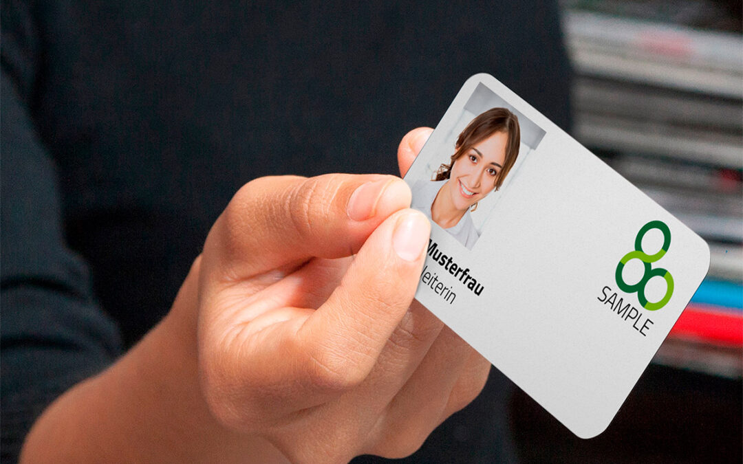 Besser und schneller: prinux investiert in neue Plastikkarten-Druckmaschine für Mitarbeiterausweise & Co